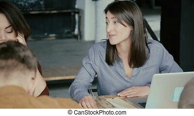 projet, business, fonctionnement, bureau., moderne, jeune, créatif, course, laptop., femme, équipe, mélangé, utilisation, discuter