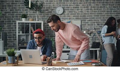 projet, collègues, ordinateur portable, haut-cinq, conversation, mâle, discuter, écran
