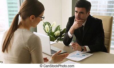 projet, donner, femme affaires, haut cinq, réunion, homme affaires, discuter