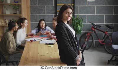 projet, elle, bureau fonctionnant, femme affaires, start-up, moderne, jeune regarder, confiant, quoique, appareil photo, multi-ethnique, portrait équipe, sourire, grenier