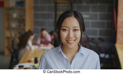projet, elle, bureau fonctionnant, femme affaires, start-up, moderne, regarder, confiant, quoique, appareil photo, asiatique, équipe, multi-ethnique, portrait, sourire, grenier