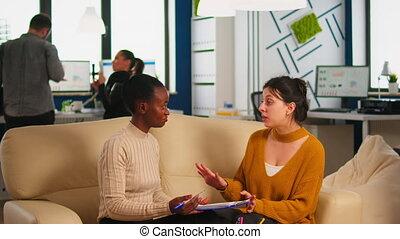 projet, nouveau, évolution, femmes affaires, discuter, compagnie, divers