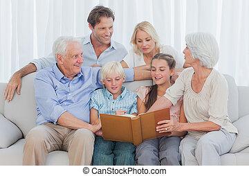 prolongé, album, regarder, gai, photo, famille