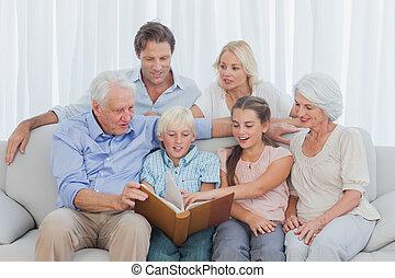 prolongé, album, regarder, photo, famille