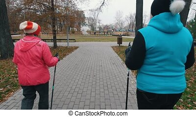 promenade enfonce, deux, personnes agées, nordique, trottoir, femmes