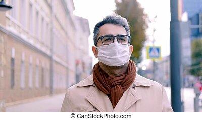 promenades, trottoir, homme oriental, protéger, rue, coronavirus, context, apparence, bas, santé, road., épidémie, masque, long, covid-19