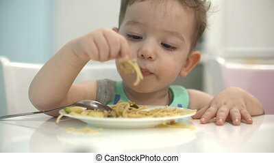 propre, séance, bavette, mange, petit, sien, enfant, bébé, table, spaghetti, manger, willingly.