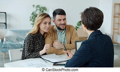 propriété, vrais gens, agent, lecture, table, jeune, affaire, mari, discuter, épouse, contrat