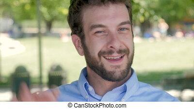 proverbe, sien, ok, 30s, main, dehors, homme affaires, sourire heureux