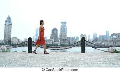 pudong, bund, huangpu, vue, femme, shanghai, marche, rivière
