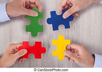puzzle, businesspeople, morceaux, bureau, multicolore, joindre