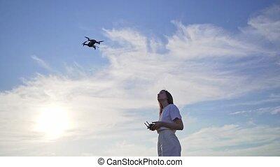 quadcopter, sûr, mouche, apprend, drone., femme, formation, contrôle, endroit
