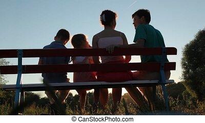 quatre, assied, parc, famille, banc