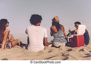 quatre, délassant, gens, dépenser, séance, jeune, ensemble, quoique, gai, bière, temps, friends., boire, vue, plage, arrière, gentil