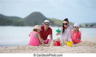 quatre, famille, exotique, sable, confection, plage château, blanc