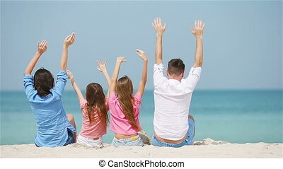 quatre, jeune famille, vacances, plage
