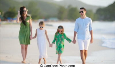 quatre, marche, plage, famille blanche