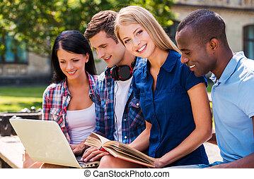 quatre, nous, amour, temps, gens, dépenser, ordinateur portable, séance, jeune, ensemble, regarder, quoique, ensemble., dehors, sourire heureux