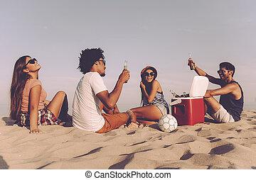 quatre personnes, dépenser, friends., jeune, ensemble, quoique, gai, bière, arrière, temps, boire, gentil, plage, séance, vue