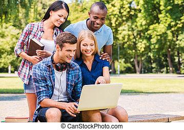 quatre, temps, séance, dépenser, ordinateur portable, gens, jeune, ensemble, regarder, quoique, ensemble., dehors, heureux, discuter, quelque chose