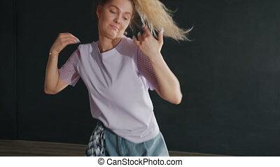 queue cheval, sombre, danse, femme regarde, seul, salle, appareil photo, jeune
