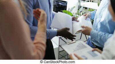 quoique, documents, groupe, bureau affaires, gens, moderne, businesspeople, ensemble, ventes, fonctionnement, brain-storming, réunion, équipe, rapport, lecture, discuter