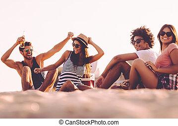 quoique, gens, dépenser, friends., insouciant, ensemble, jeune, gai, bière, temps, boire, apprécier, plage, séance, gentil