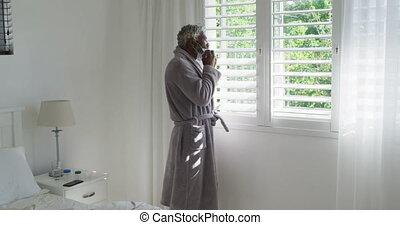 quoique, masque, enlever, regarder, personne agee, dehors, figure, fenêtre, homme, sien, maison
