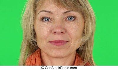 quoique, milieu, regarder, vert, sourire, close-up., femme, écran, appareil-photo., vieilli, blond
