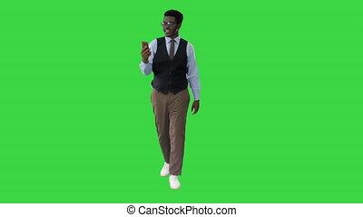 quoique, sien, marche, main, key., confection, chroma, africaine, appeler, vert, homme affaires, tenant portable, américain, écran, téléphone, sourire, vidéo