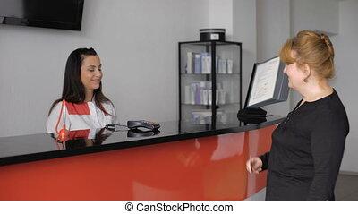 réception, bureau, vérification, desk., joli, docteur, personne agee, dame
