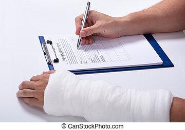 réclamation, formulaire, personne, remplissage, assurance maladie