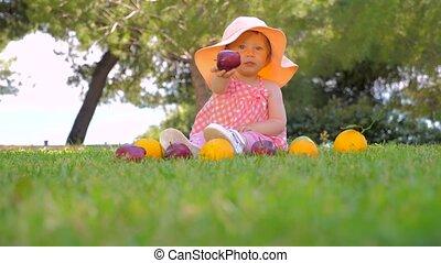 récolte, arrière-plan., yard., concept., automne, beau, été, sain, girl, enfant, fruits, gai, outdoor., harvesting., jardin enfants, jouer