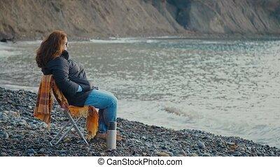 récréation, chaise extérieure, reposer, femme, deux âges, seashore., mer, vacances, thé, frais, couverture, week-end, automne, thermos.
