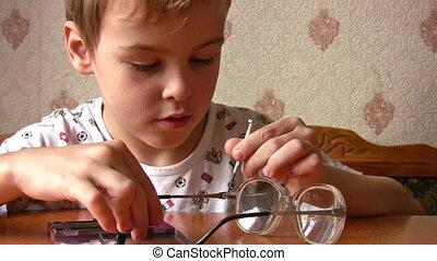 réparation, enfant, lunettes