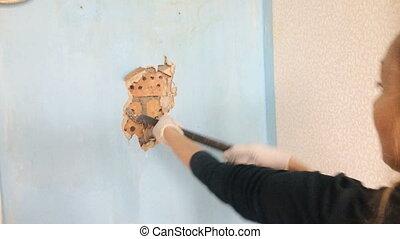 réparation, femme, vieux, couverture, mur, outillage, ouvrier, jeune, main, visible, apartment., sous, fermé, brique, casse