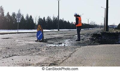 réparation, travail, constructeur, asphalte, fosses, tablette, signe, ou, frein, notes, regarde, inspecte, écrit, route, ingénieur