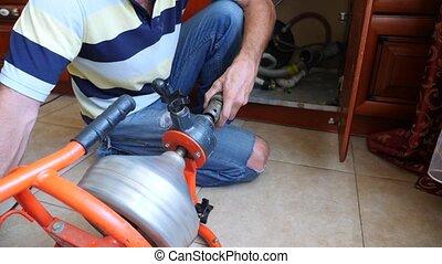 réparations, plombier, lent, house., canaux transmission, nettoie, pipeline, mouvement, equipment., close-up., 4k