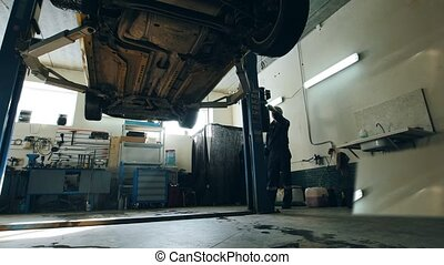 réparations, vérification, service, voiture, ouvrier, détail, abaissé, automobile