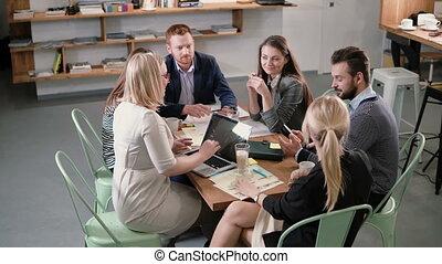 réunion, professionnels, bureau., moderne, démarrage, idées, créatif, participer, divers, équipe, soutenable, table.