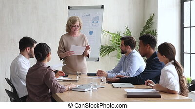 réunion, vieilli, milieu, donner, papiers, directeur, équipe, femme affaires, cadre