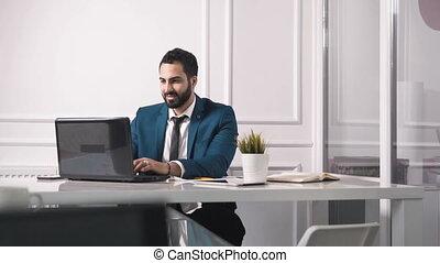 réussi, homme affaires, bureau