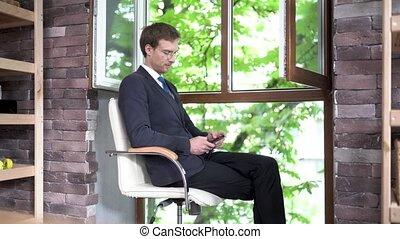 réussi, homme affaires, jeune, bureau, séduisant