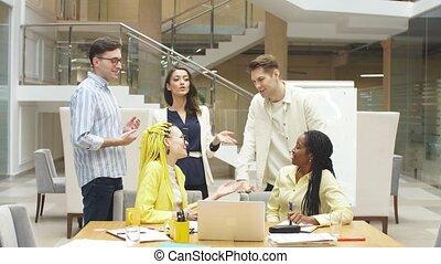 réussi, impressionnant, jeune, multi-ethnique, gens, élévation, equipe affaires, mains