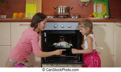 rôti, amusement, électrique, portion, cuire, enfant, heureux, enseignement, jeune famille, petit, cuisine, four, ensemble, maman, préparation nourriture, girl, mère, fille, cuisine, dîner, poulet, home., avoir, savoureux, mignon