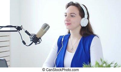 radio, femme, écouteurs, station, conversation, jeune, ligne, concept, broadcasting., porter, ruisseler