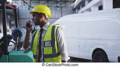 radio, mâle, utilisation, 4k, bidirectionnel, ouvrier, entrepôt