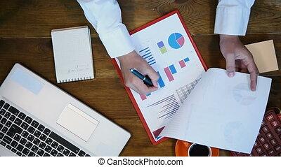 rapport, homme affaires, financier, fonctionnement