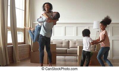 ravi, famille, relocalisation, ensemble, en mouvement, africaine, jour, célébrer, heureux