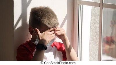 rebord fenêtre, quarantine., garçon, rue, ennuyeux, masque, regarder, séance, enfant
